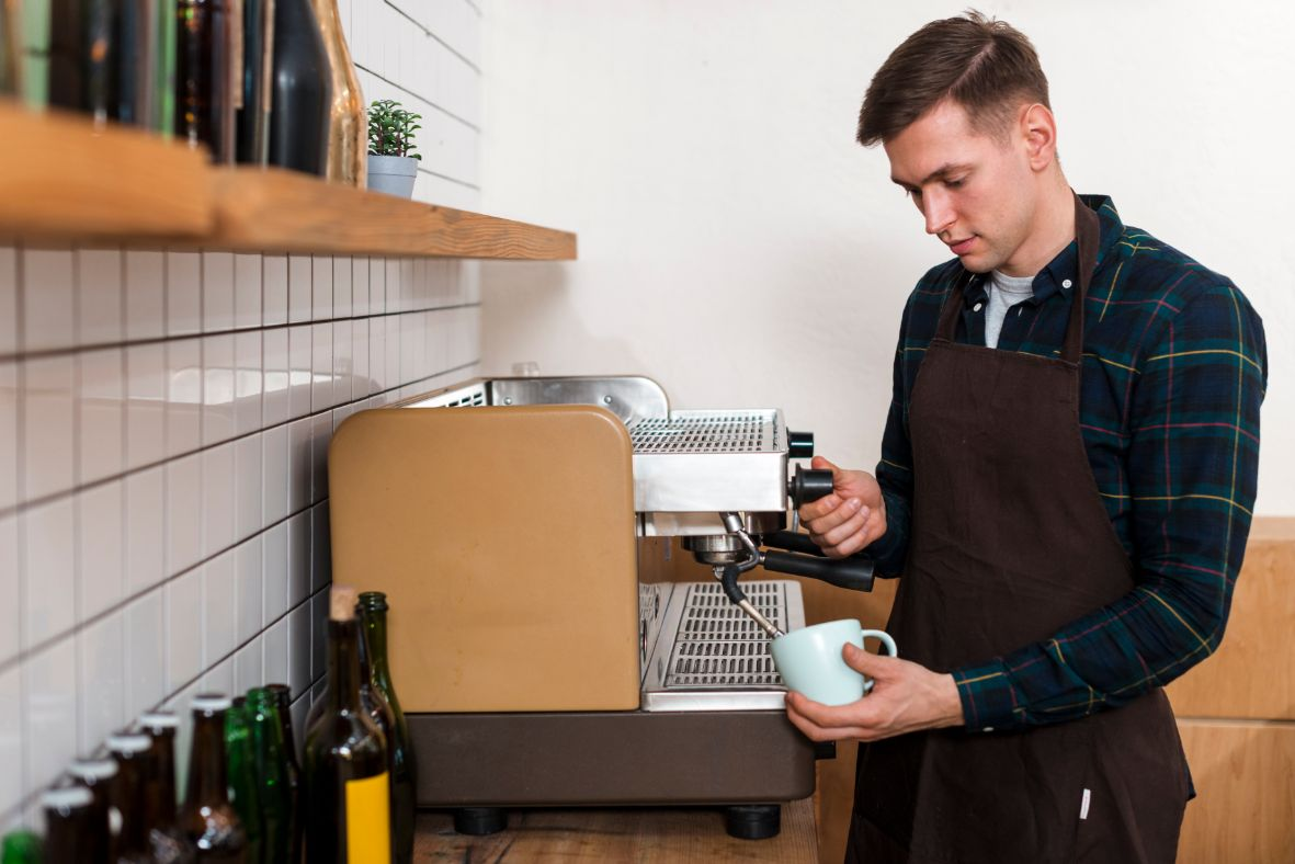 コーヒーを淹れるカフェオーナー
