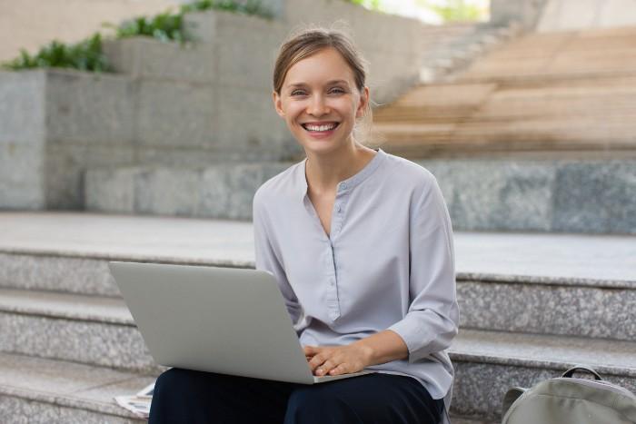 パソコンを使っている笑顔の女性