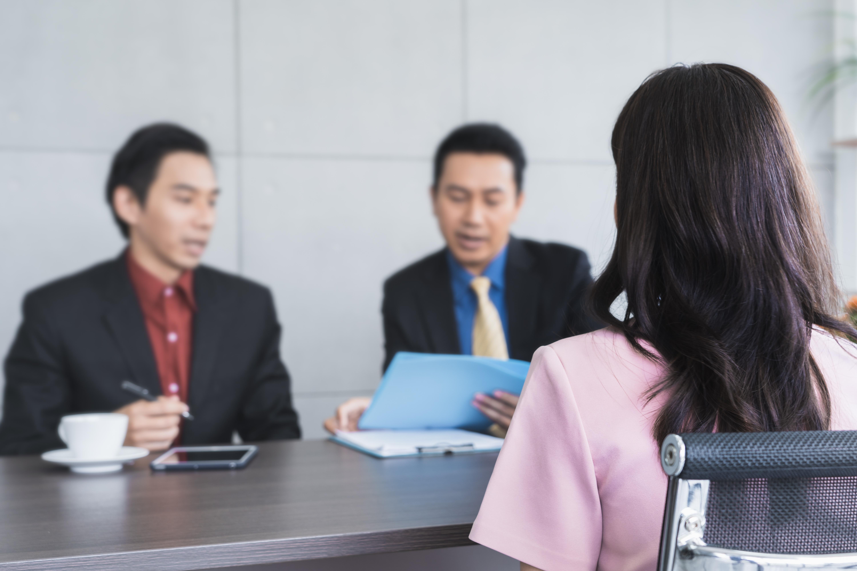 求職者の女性に面接するアジアの面接官
