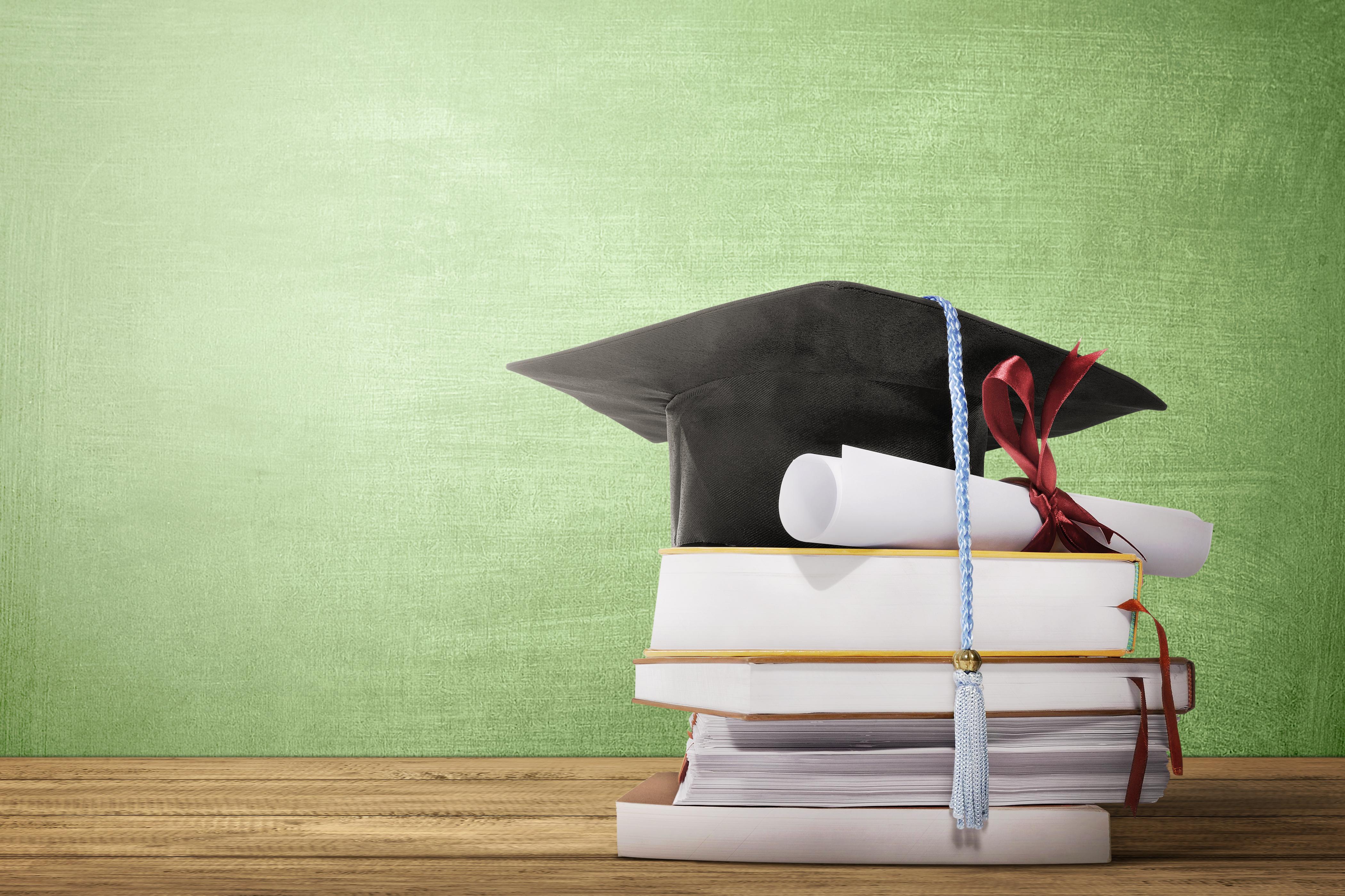 卒業証書と帽子