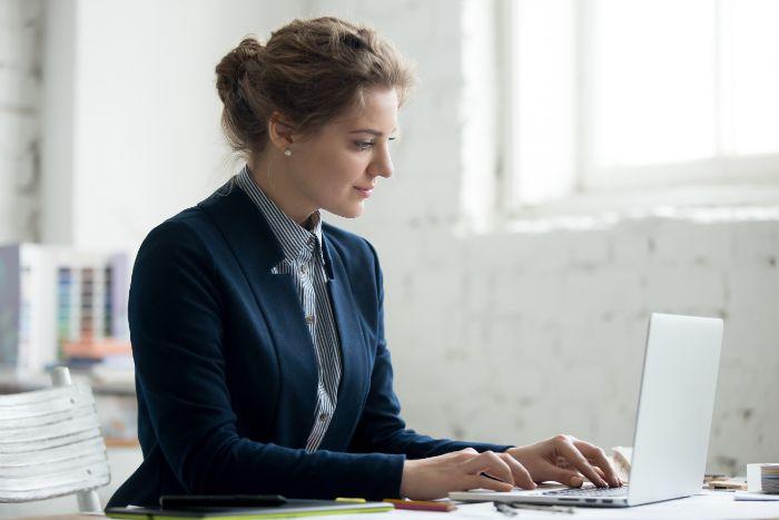 【プログラマーはきつい?】未経験や文系の人が働くことは可能か