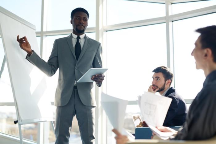 【シニアマネージャーの役職】意味・仕事内容・年収などを ...