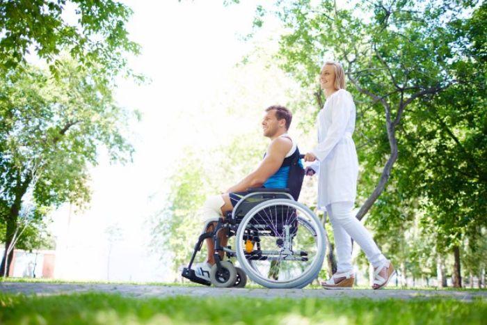 介護福祉士の平均年収は約350万円 給料相場と収入アップの方法