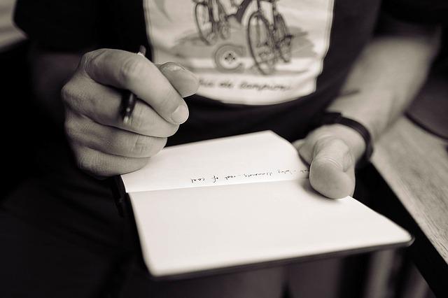 履歴書を封筒に入れる際のマナーと提出方法(手渡しと郵送)
