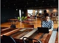 ランチなどで皆が利用する広々カフェ。 打ち合わせや勉強会でも利用できます。