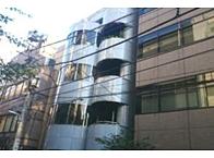 丸い薄い青色のビルの8階がオフィスです! 少しオシャレかも。